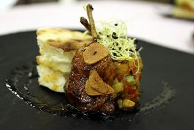 Quail leg with andalusian ratatouille in bread and fried egg