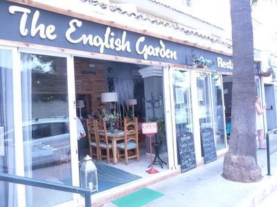 the approach to Tha English Garden